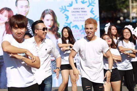 Tran Thanh bat chap nang nong nhay flashmob nao loan duong pho - Anh 3