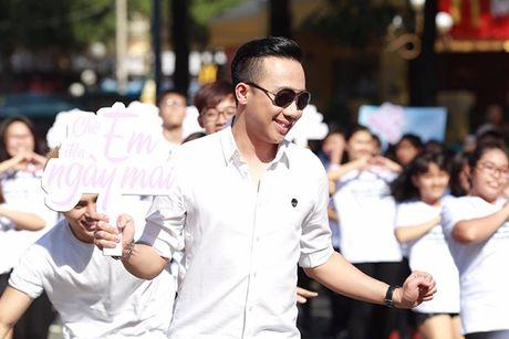 Tran Thanh bat chap nang nong nhay flashmob nao loan duong pho - Anh 4