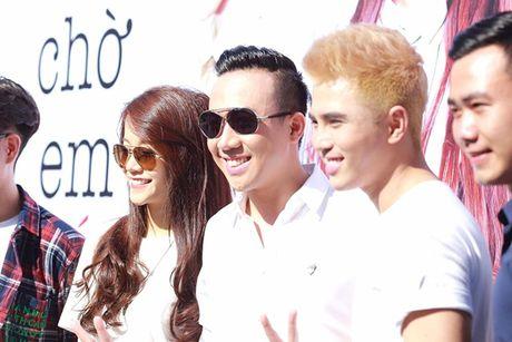 Tran Thanh bat chap nang nong nhay flashmob nao loan duong pho - Anh 5