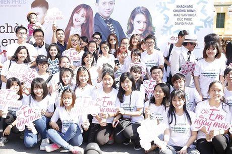 Tran Thanh bat chap nang nong nhay flashmob nao loan duong pho - Anh 7