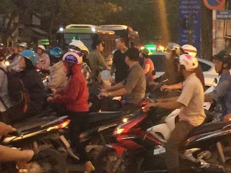 Clip: Tuan Hung lai gay sot khi hat live 'Goi do' ngay tai quan nhau - Anh 2
