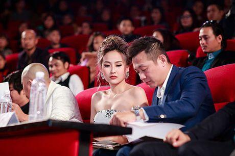 Khanh Ngan than mat voi MC Anh Tuan tren ghe nong - Anh 11