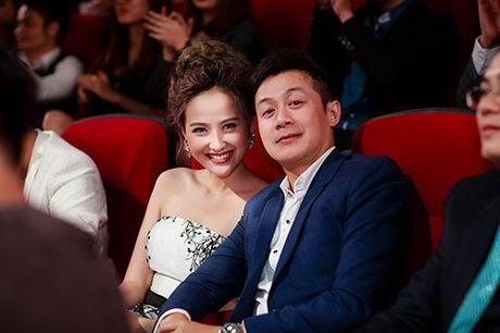 Khanh Ngan than mat voi MC Anh Tuan tren ghe nong - Anh 12