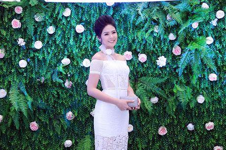 Khanh Ngan than mat voi MC Anh Tuan tren ghe nong - Anh 13
