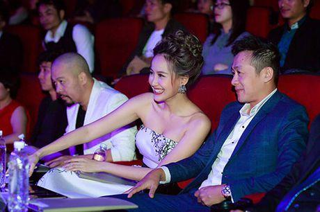 Khanh Ngan than mat voi MC Anh Tuan tren ghe nong - Anh 9