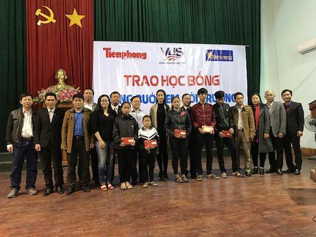 Trao 500 trieu dong hoc bong cho hoc sinh ngheo vuot kho - Anh 5