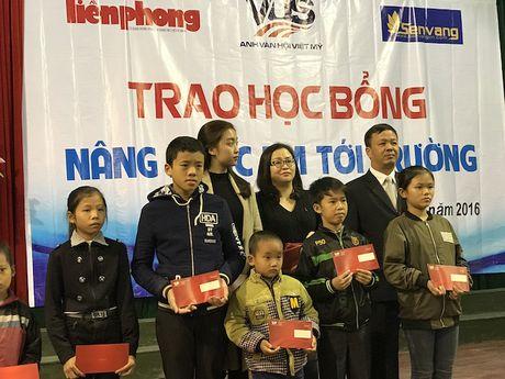 Trao 500 trieu dong hoc bong cho hoc sinh ngheo vuot kho - Anh 6