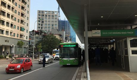Buyt nhanh BRT Ha Noi ra duong - Anh 1