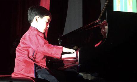 Xem than dong piano 5 tuoi goc Viet Evan Le mac ao dai dan 'Diem xua' lay dong long nguoi - Anh 2