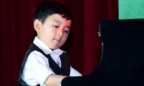 Xem than dong piano 5 tuoi goc Viet Evan Le mac ao dai dan 'Diem xua' lay dong long nguoi - Anh 3