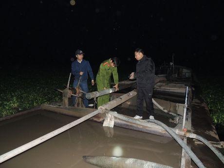 Ha Nam: Bat tau hut cat trai phep su dung thu doan tinh vi tren song Chau - Anh 1