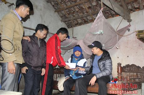 CLB SLNA trao qua cho 4 hoan canh kho khan tai Yen Thanh va Dien Chau - Anh 1