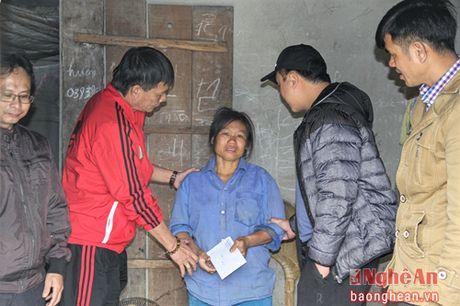 CLB SLNA trao qua cho 4 hoan canh kho khan tai Yen Thanh va Dien Chau - Anh 2