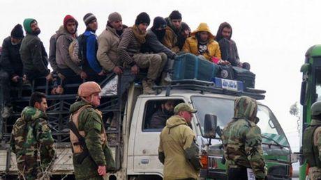 Hang nghin nguoi Syria mac ket cho so tan khoi Aleppo - Anh 1