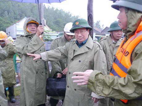 Mua lu mien Trung tuan qua cuon troi hon 600 ti dong - Anh 1