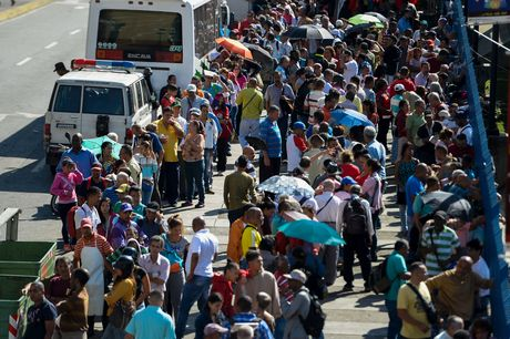 Nguoi Venezuela dot tien de bieu tinh, cuop pha no ra - Anh 12