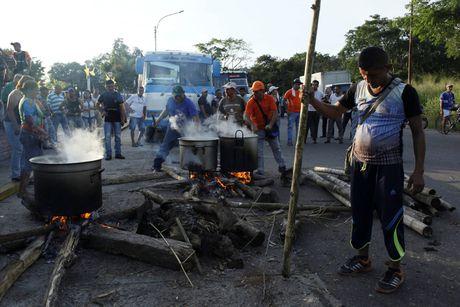 Nguoi Venezuela dot tien de bieu tinh, cuop pha no ra - Anh 2