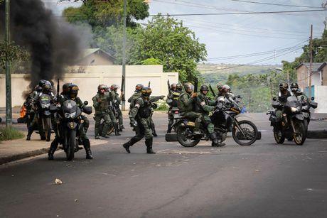 Nguoi Venezuela dot tien de bieu tinh, cuop pha no ra - Anh 5