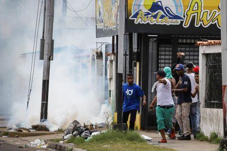 Nguoi Venezuela dot tien de bieu tinh, cuop pha no ra - Anh 6