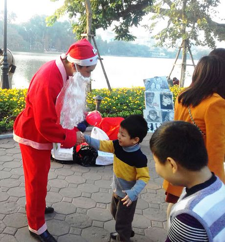 'Ong gia Noel' doi rac lay qua o pho di bo Ho Guom - Anh 1