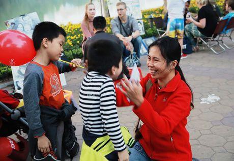 'Ong gia Noel' doi rac lay qua o pho di bo Ho Guom - Anh 3