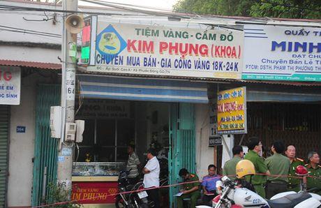 Hien truong vu 4 nghi can bit mat, dung sung cuop tiem vang - Anh 1