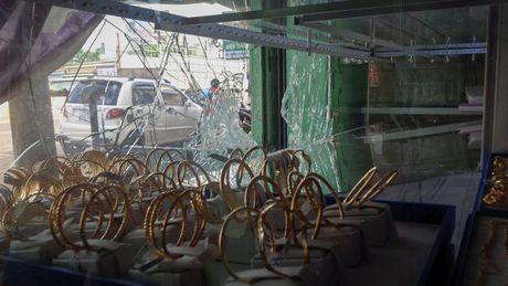 Hien truong vu 4 nghi can bit mat, dung sung cuop tiem vang - Anh 5