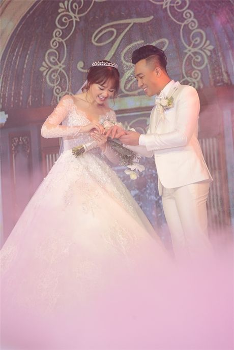 Can canh hai chiec vay cuoi Tran Thanh dat thiet ke rieng cho Hari Won - Anh 13