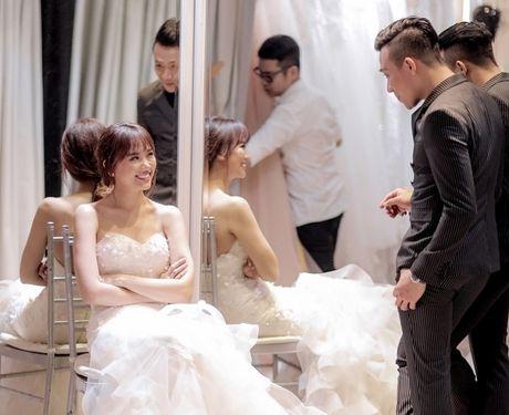 Can canh hai chiec vay cuoi Tran Thanh dat thiet ke rieng cho Hari Won - Anh 1
