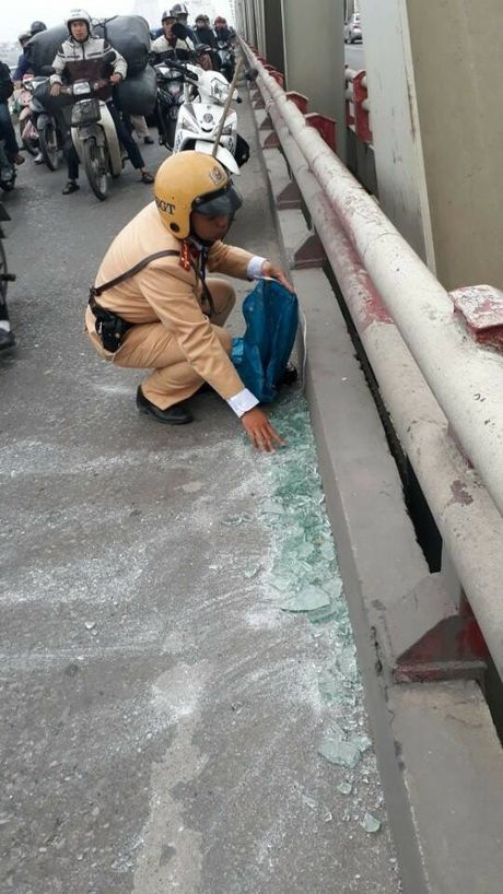 "An tuong hinh anh chien si CSGT ""tay khong"" don kinh vo tren cau - Anh 2"
