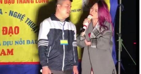 Clip: My Tam dung xe, len san khau via he hat cung nguoi khuyet tat - Anh 1