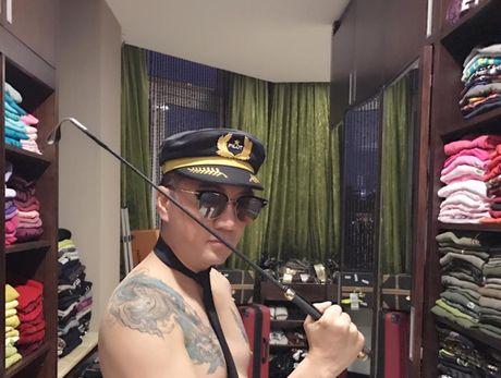 Dam Vinh Hung deo ca vat ban khoa than sau scandal tra no cho me - Anh 2