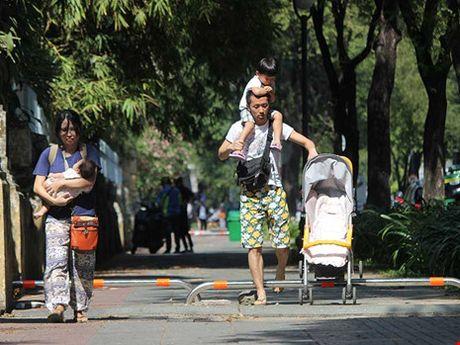 Chong xe may leo le bang barie via he, day bat tien cho dan - Anh 1