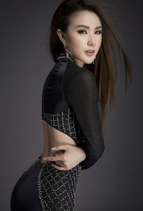 Kieu nu 'vong eo 55' khoe body chuan cung chan dai mien man - Anh 5
