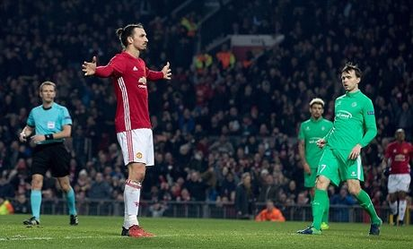 Man United 3-0 St Etienne: Hat-trick cua Ibra giup Quy do thang lon trong cuoc chien nha Pogba - Anh 2