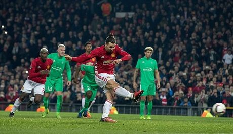 Man United 3-0 St Etienne: Hat-trick cua Ibra giup Quy do thang lon trong cuoc chien nha Pogba - Anh 3