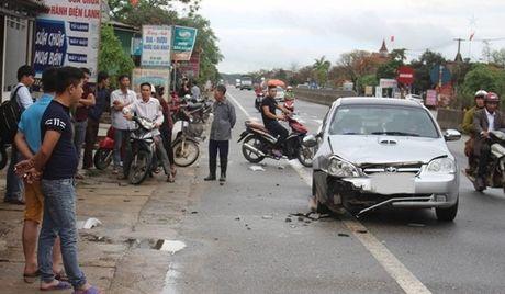 Ha Tinh: Oto dam xe may, ba me con thuong vong - Anh 1