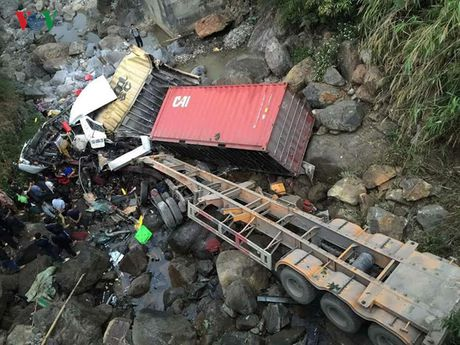 Hien truong kinh hoang vu container dam xe tai lao xuong vuc sau 30m - Anh 2