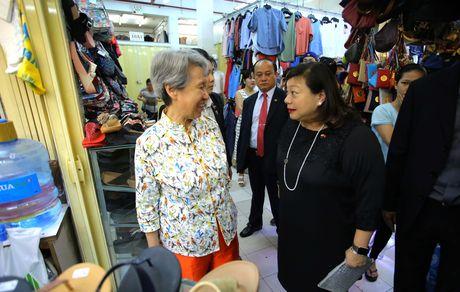 Phu nhan Thu tuong Ly Hien Long gian di tham quan mua sam tai Saigon Square - Anh 2