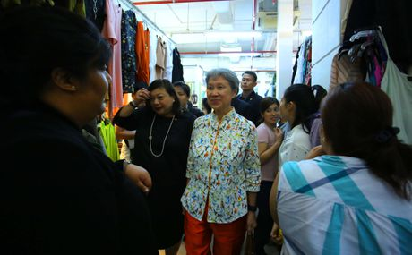Phu nhan Thu tuong Ly Hien Long gian di tham quan mua sam tai Saigon Square - Anh 4