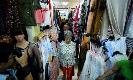 Phu nhan Thu tuong Ly Hien Long gian di tham quan mua sam tai Saigon Square - Anh 5