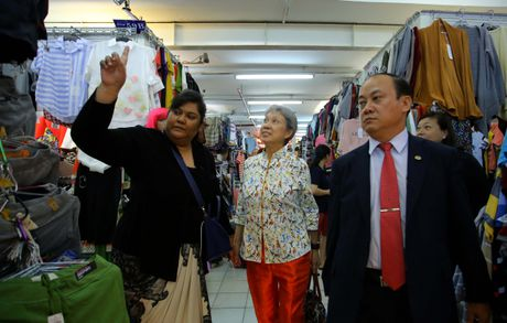Phu nhan Thu tuong Ly Hien Long gian di tham quan mua sam tai Saigon Square - Anh 6