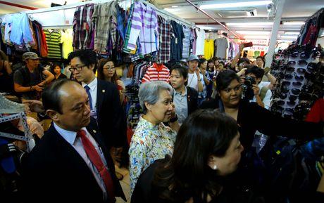 Phu nhan Thu tuong Ly Hien Long gian di tham quan mua sam tai Saigon Square - Anh 7