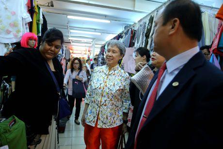 Phu nhan Thu tuong Ly Hien Long gian di tham quan mua sam tai Saigon Square - Anh 8
