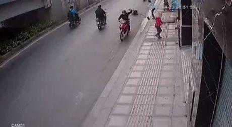 TP.HCM: Tai xe taxi lao thang len via he, chan duong tau thoat ten cuop tui xach - Anh 1
