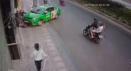 TP.HCM: Tai xe taxi lao thang len via he, chan duong tau thoat ten cuop tui xach - Anh 2
