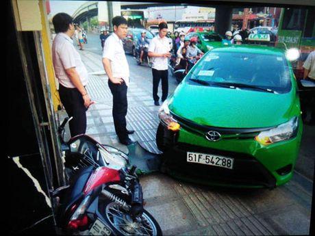 TP.HCM: Tai xe taxi lao thang len via he, chan duong tau thoat ten cuop tui xach - Anh 4