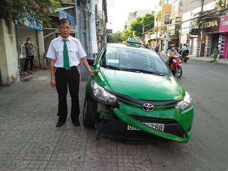 TP.HCM: Tai xe taxi lao thang len via he, chan duong tau thoat ten cuop tui xach - Anh 6
