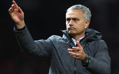 HLV Mourinho 'dien hai' trong ngay giup MU lap ky luc khung - Anh 10