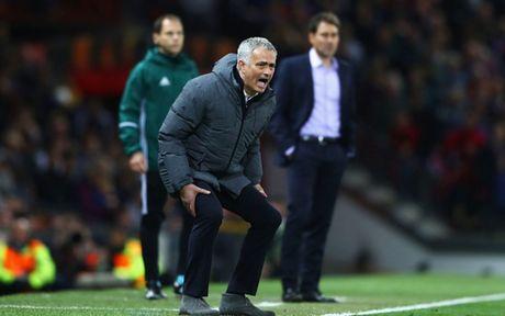 HLV Mourinho 'dien hai' trong ngay giup MU lap ky luc khung - Anh 2